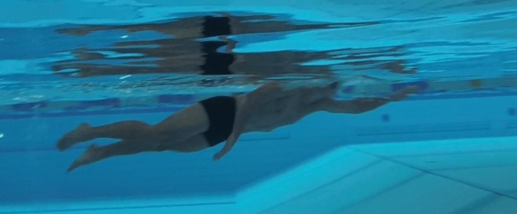 Borstcrawl ligging voorbeeld zwemmen techniek triatlon triathlon ademhaling ademen zwemmen triatlon borstcrawl